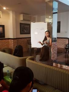 Chị Hoàng Xuân Thảo đã đứng lên viết vẽ các kiểu lên bảng ngay từ đầu chương trình :D